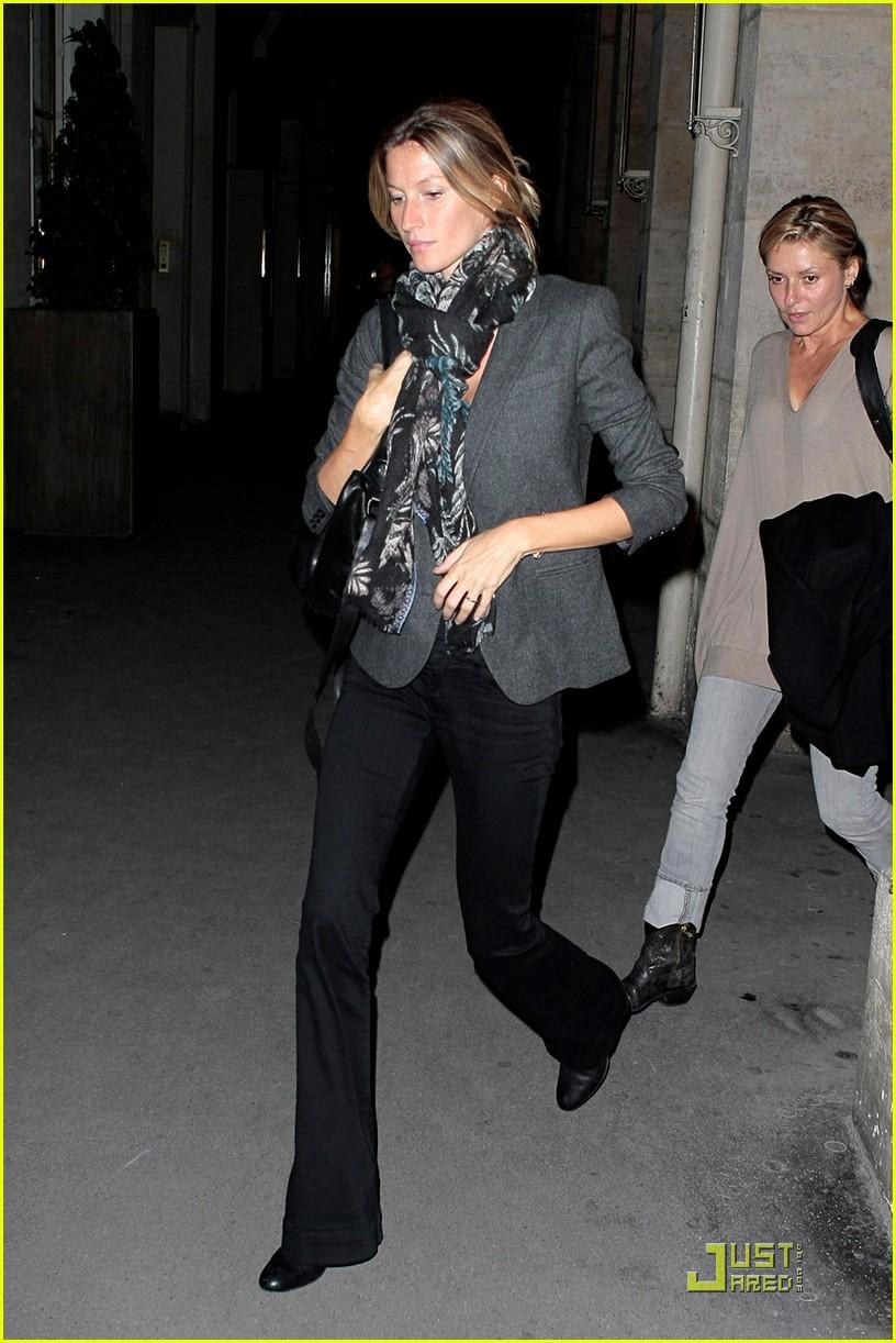 灰色的软呢+黑色微喇长裤+黑色高跟鞋+格子围巾+黑色