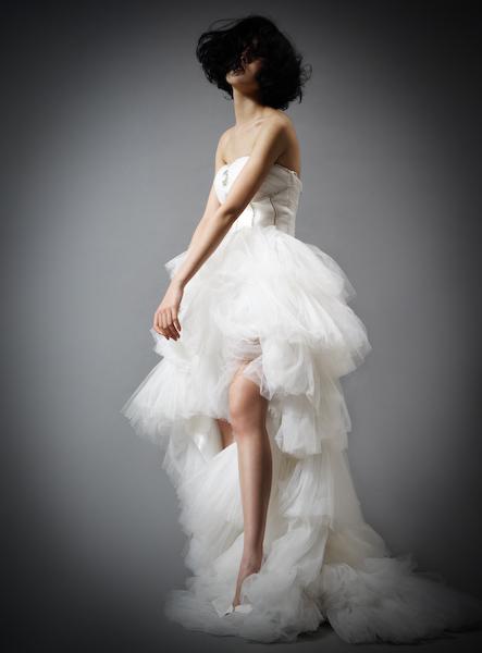 手绘不规则裙摆婚纱图片