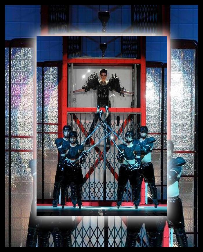 "versace的""集成电路板""秀场让科幻风的设计更像是"