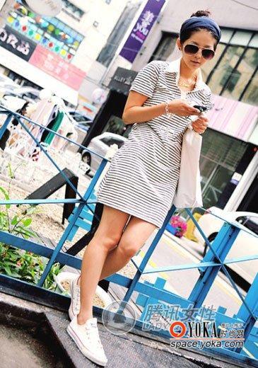 条纹运动式连衣裙+白色帆布鞋