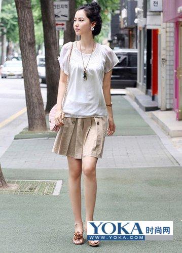 白色纱质蝴蝶袖上衣搭配卡其色褶裙