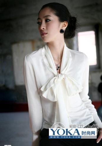只穿白衬衫的女人