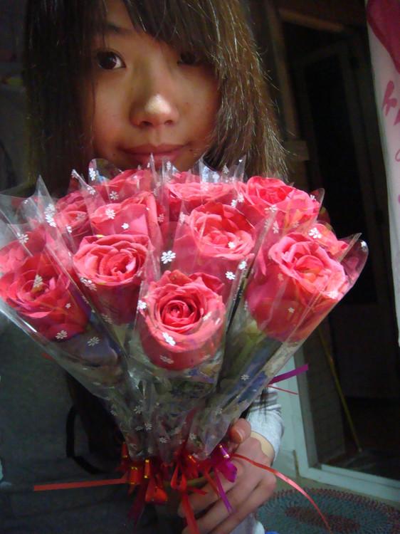 小女孩送鲜花简笔画