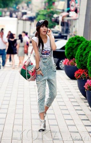街拍背带裤的潮流时尚穿衣搭配