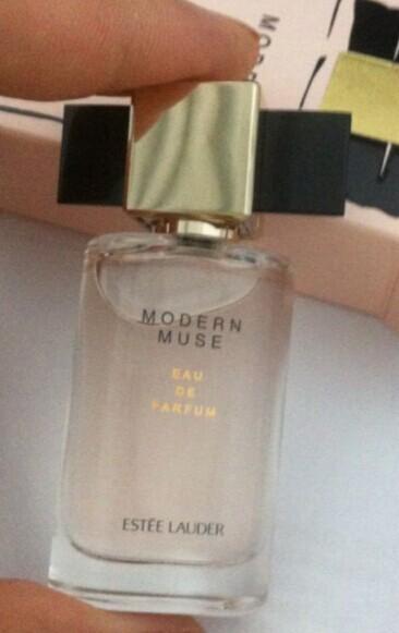 浅粉色的瓶身 看着很舒服 很温馨 尤其是盖子的小蝴蝶真的好可爱啊